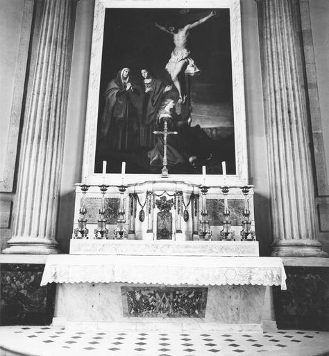 Autel, tabernacle, chandeliers et tableau : Crucifixion, huile sur toile