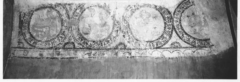 Peintures murales de la chapelle Saint- Clément, imitation d'un tissé oriental à roues et motifs de lion