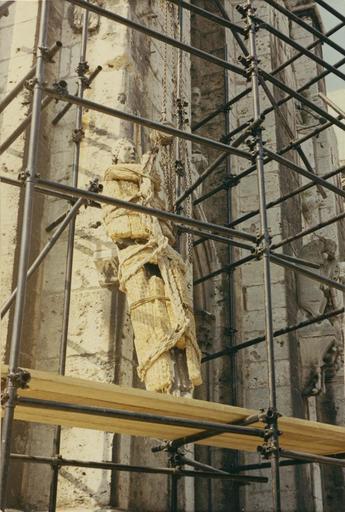 Statue : ange, en cours de dépose