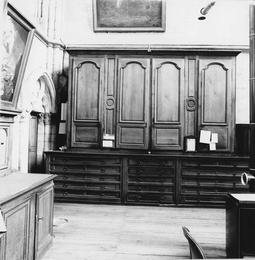Mobilier de la sacristie : placard, chasublier, bois sculpté