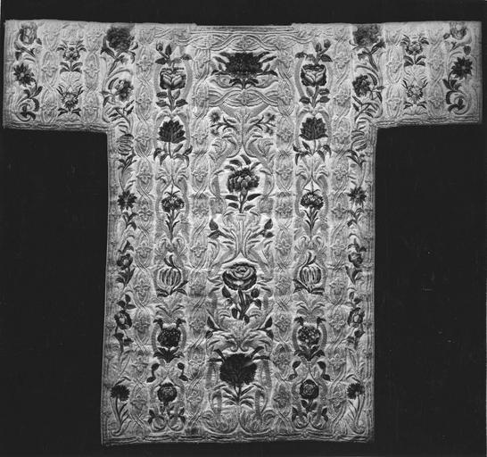 Ornement dit de la reine Anne d' Autriche : dalmatique, soie, satin, fils de soie et d'or