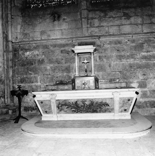 Autel et tabernacle de la première travée du déambulatoire