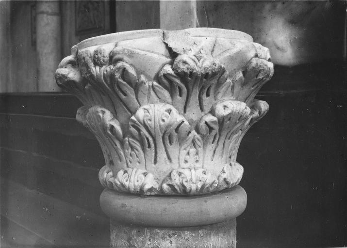 Chapiteau, marbre, servant de bénitier