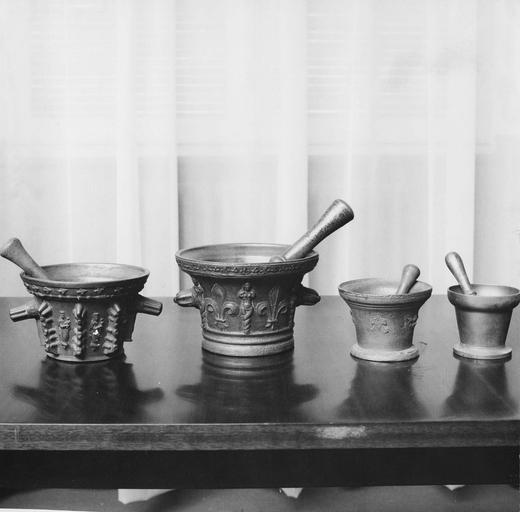Pots à pharmacie, quatre mortiers, bronze