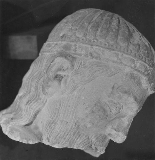 Statue : roi en prière, trouvée en 1952 (provient de l'ancienne abbaye de Saint-Père), profil