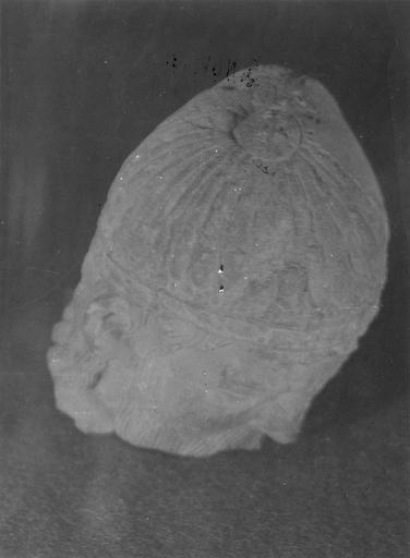 Statue : roi en prière, trouvée en 1952 (provient de l'ancienne abbaye de Saint-Père), sommet de la tête