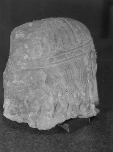 Statue : roi en prière, trouvée en 1952 (provient de l'ancienne abbaye de Saint-Père), arrière