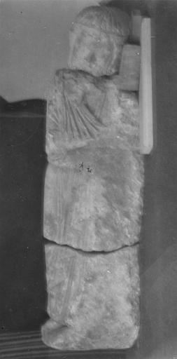 Statue : roi en prière, trouvée en 1952 (provient de l'ancienne abbaye de Saint-Père)
