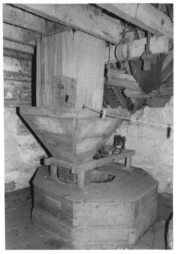 Ensemble du matériel (machine à meuler, à écraser, à lever), détail de la première meule