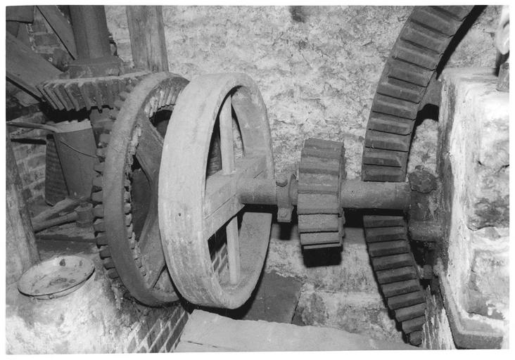 ensemble du matériel (machine à meuler, à écraser, à lever), détail