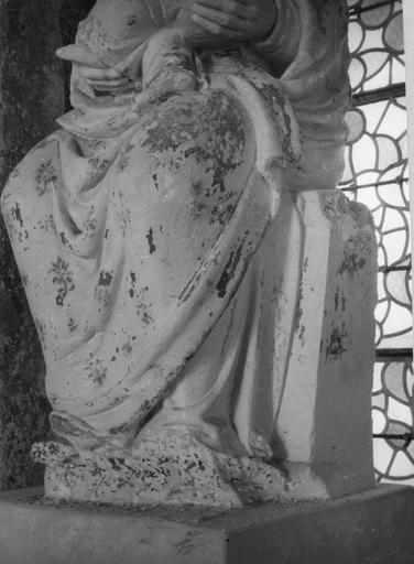 Statue : Vierge à l'enfant, pierre, détail du bas du manteau