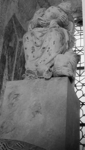 Statue : Vierge à l'enfant, pierre, détail du bas du manteau et socle