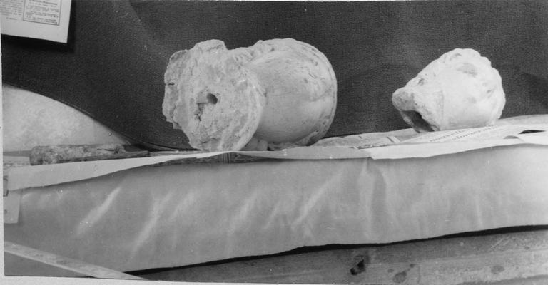 Statue : Vierge à l'enfant, pierre, parties déposées têtes de la Vierge et de l'Enfant