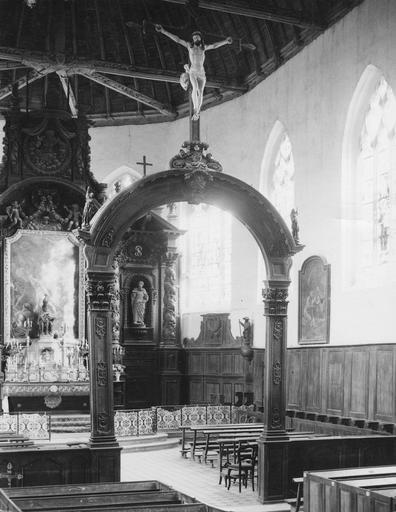 Arc triomphal à l'entrée du choeur avec Christ en croix au sommet, bois