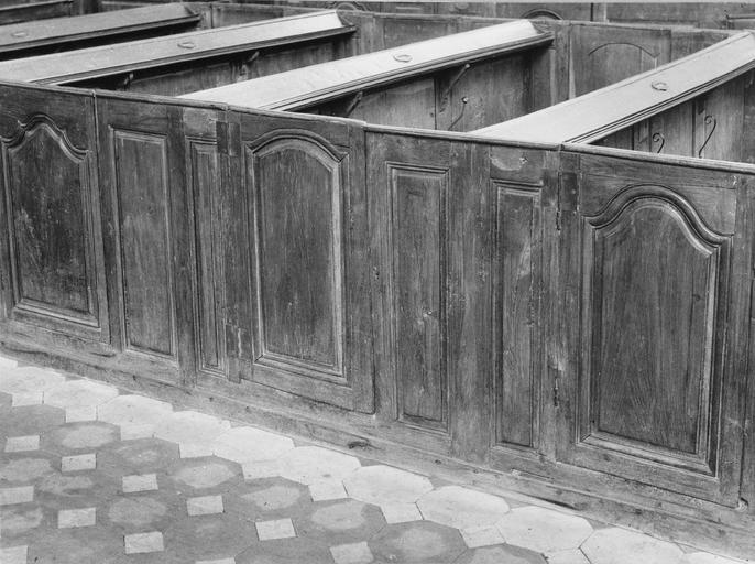 Bancs de la nef, portes en bois