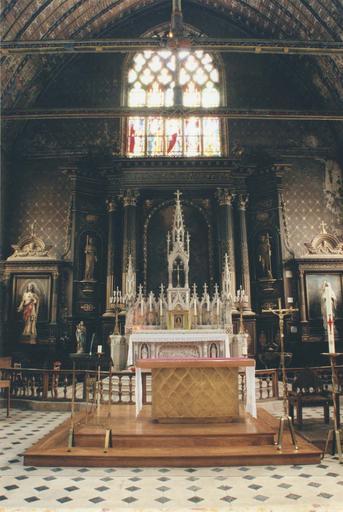 Ensemble néogothique du choeur : maître-autel, tabernacle, retable, pierre sculptée et marbre polychrome