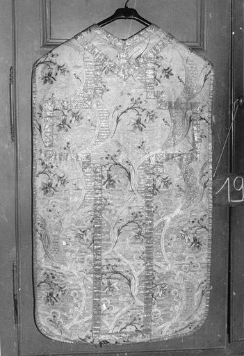 Chasuble, soie blanche brodée, dos