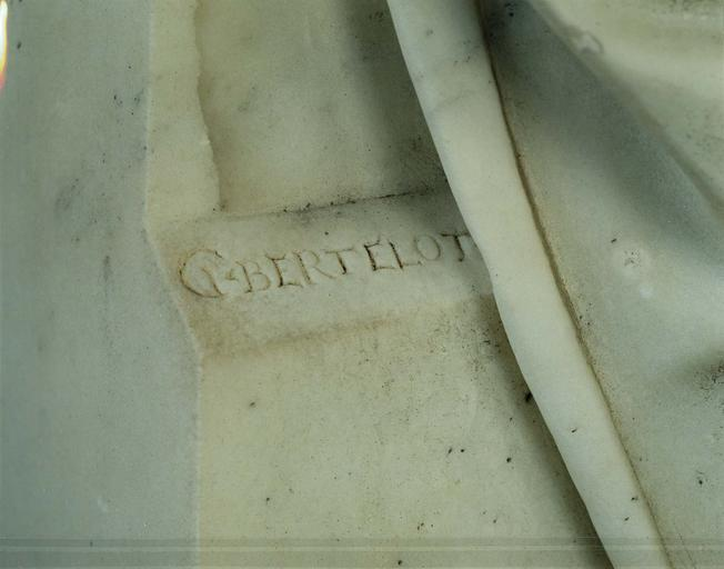 Statue : la Prière, marbre, détail de l'inscription : G. BERTELOT