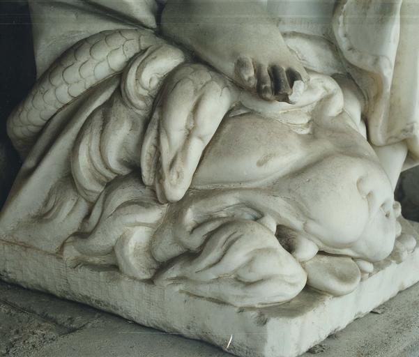 Statue : La Force, marbre, détail du pied droit écrasant le serpent