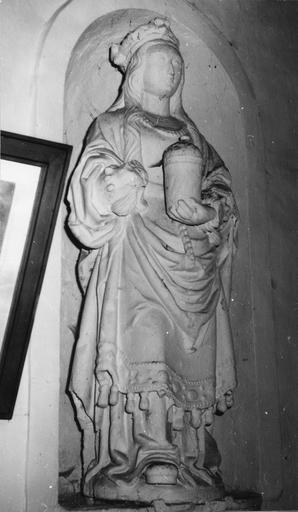 Statue : sainte Madeleine, pierre badigeonnée en blanc, traces d'une ancienne polychromie