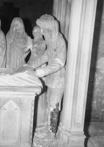 Groupe sculpté : la Mise au tombeau, personnages aux pieds du Christ