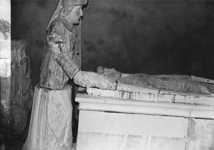 Groupe sculpté : la Mise au tombeau, personnages à la tête du Christ