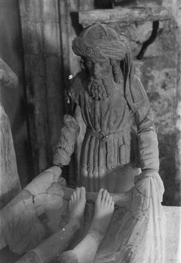 Groupe sculpté : la Mise au tombeau, personnage aux pieds du Christ