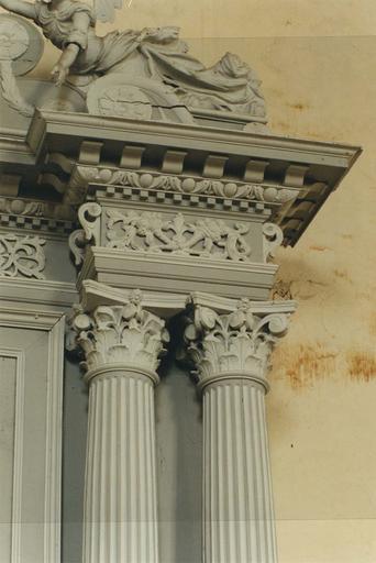 Partie haute du retable, bas-relief et colonnes corinthiennes