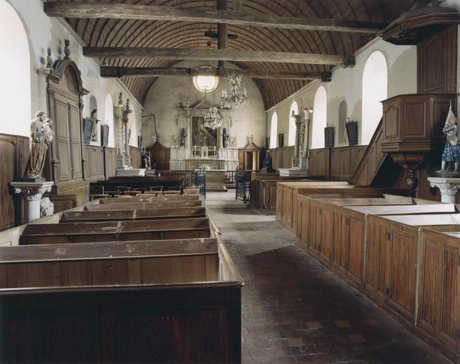 Vue intérieure de l'église, nef avec statues