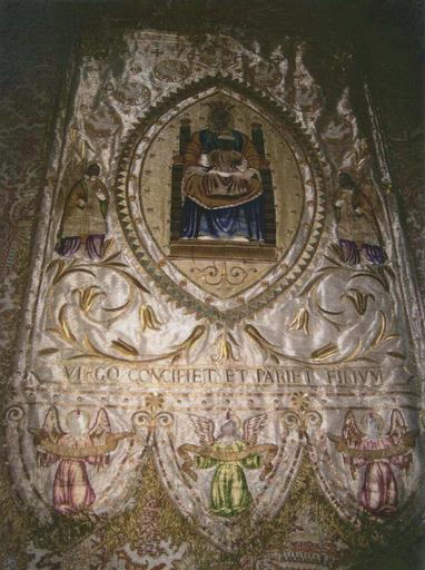 Bannière de procession de la maîtrise de Notre-Dame, Vierge à l'Enfant et trois anges portant un phylactère