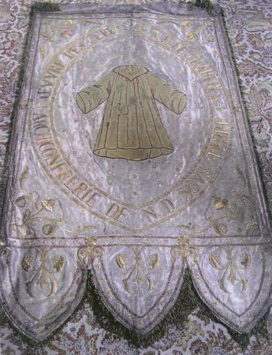 Bannière de procession de la maîtrise de Notre-Dame, inscription ARCHICONFRERIE DE N.D. SOUS TERRE...