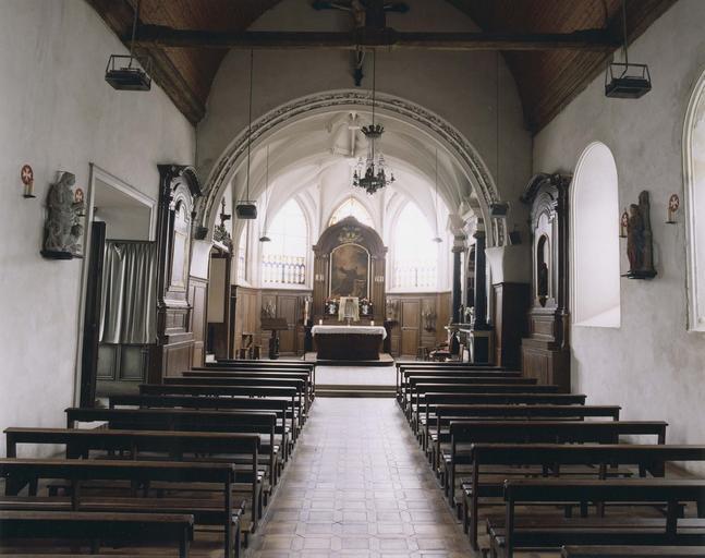 Vue intérieure de l'église avec le tombeau d'Antoine Le Camus