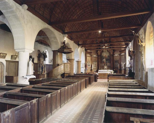 Vue d'ensemble de la nef et du choeur, chaire à prêcher et maître-autel, bancs