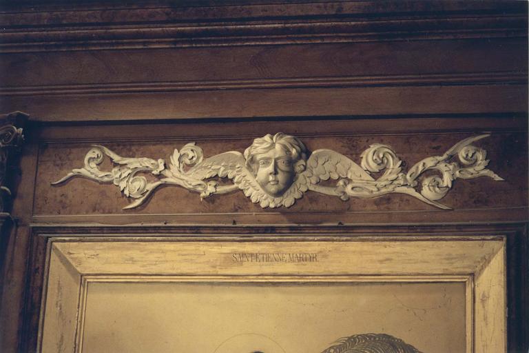Détail d'une inscription sur le cadre du tableau représentant saint Etienne