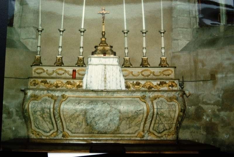 maître-autel, 2 gradins d'autel, tabernacle, croix et 6 chandeliers d'autel