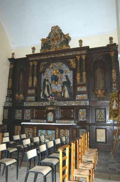 Autel, gradin d'autel, tabernacle, retable architecturé, tableau d'autel en haut relief : la Remise du Rosaire ; et 2 statues : saint Roch et saint Sébastien