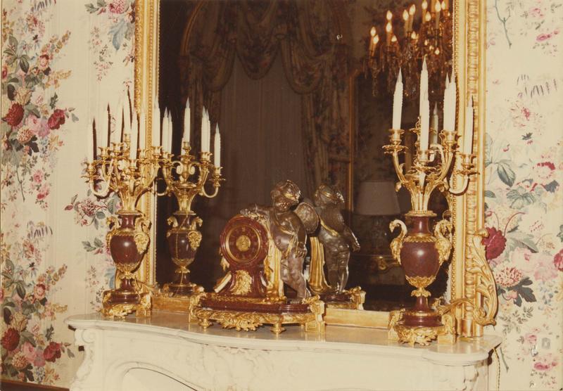 pendule, chandeliers, vue générale
