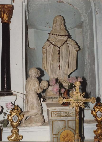 groupe sculpté : Un Saint ou personnage en adoration aux pieds de la Vierge