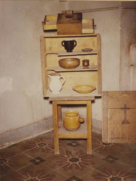 vaisselier, salière, urne de vote, plat, écuelle, assiette, pot, pichet (couvercle, pichet à soupe, pot à café, urne à vote), vue générale