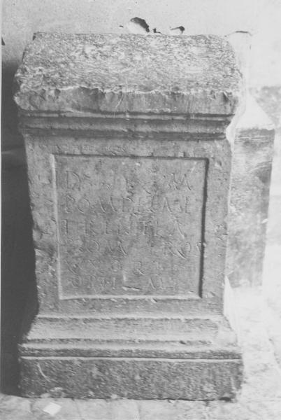 stèle, vue générale