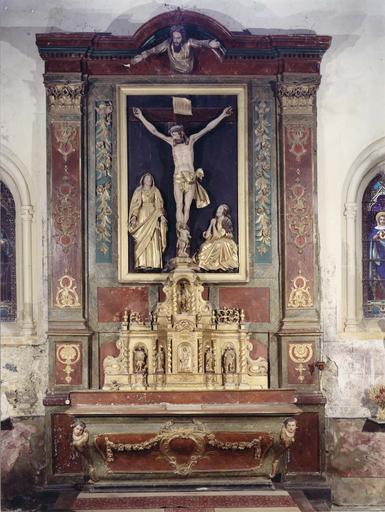 Autel et retable avec Crucifixion et tabernacle, bois sculpté, peint et doré