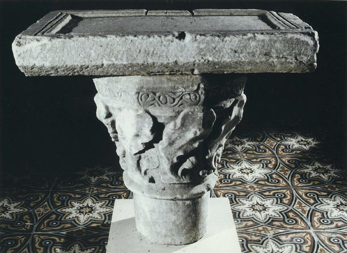 Table d'autel, marbre, fin 11e siècle début 12e siècle