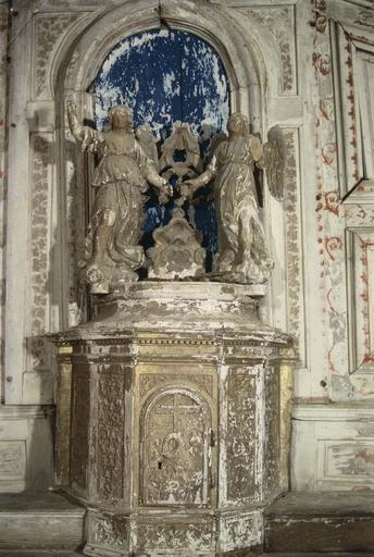 Tabernacle et deux statues d'anges, bois peint et doré