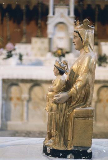 Groupe sculpté : Vierge à l'Enfant tenant une pomme, vue de côté, bois peint et doré