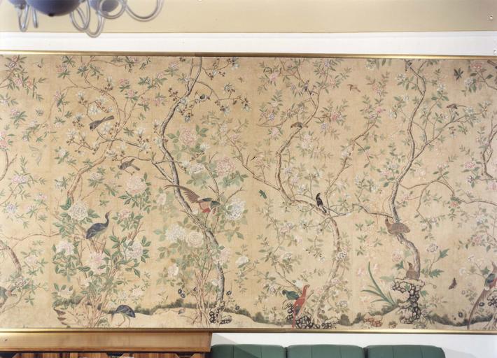 Revêtement mural, papier peint : cinq lés et demi, deux panneaux conservés sur cylindre, 18e siècle