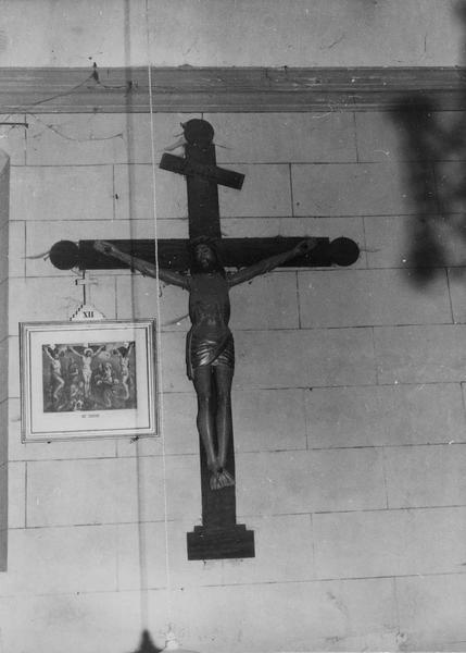 statue (figure colossale) : Christ en croix