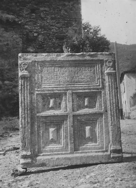monument sépulcral (cippe funéraire)