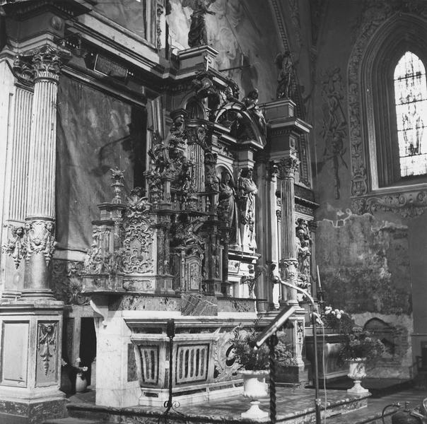 ensemble du : maître-autel, autels secondaires (retable, tableau, deux statues, deux retables), vue de gauche