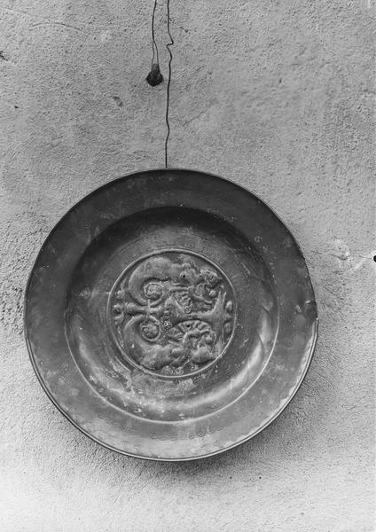 plat de quête, détail avec l'inscription