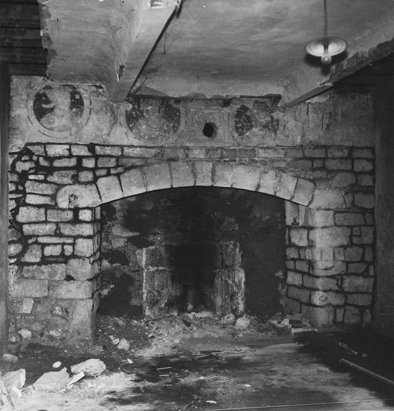 peinture monumentale : décorant la cheminée d'une salle du rez de chaussée